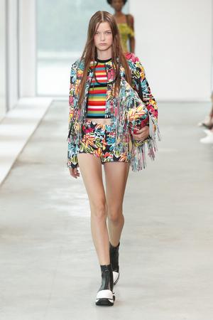 NEW YORK, NY - SEPTEMBER 12: A model walks the runway wearing Michael Kors Spring 2019 on September 12, 2018 in New York City. 報道画像