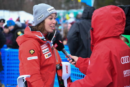 KILLINGTON, USA - NOVEMBER 25: RTS TV making Interview with Gissin Michelle from Suisse during the Audi FIS Alpine Ski World Cup Womens Giant Slalom on November 25, 2018 in Killington USA. 新聞圖片