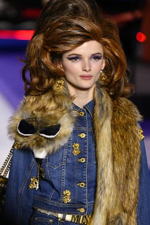 Mailand, ITALIEN - 21. FEBRUAR: Primrose Archer geht auf der Moschino-Show auf der Mailänder Fashion Week Herbst/Winter 2019/20 am 21. Februar 2019 in Mailand, Italien, über den Laufsteg. Editorial