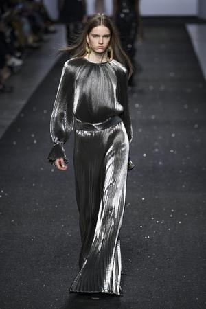 Mailand, ITALIEN - 20. FEBRUAR: Ein Modell geht über den Laufsteg bei der Alberta Ferretti-Show auf der Mailänder Fashion Week Herbst/Winter 2019/20 am 20. Februar 2019 in Mailand, Italien. Editorial