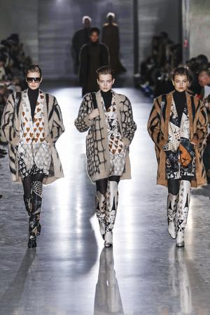 Mailand, ITALIEN - 21. FEBRUAR: Modelle laufen den Laufsteg bei der Max Mara-Show auf der Mailänder Fashion Week Herbst/Winter 2019/20 am 21. Februar 2019 in Mailand, Italien.