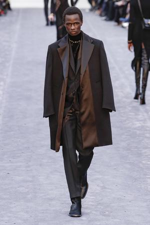 MILÁN, ITALIA - 23 DE FEBRERO: Un modelo camina por la pasarela en el show de Roberto Cavalli en la Semana de la Moda de Milán Otoño / Invierno 2019/20 el 23 de febrero de 2019 en Milán, Italia.
