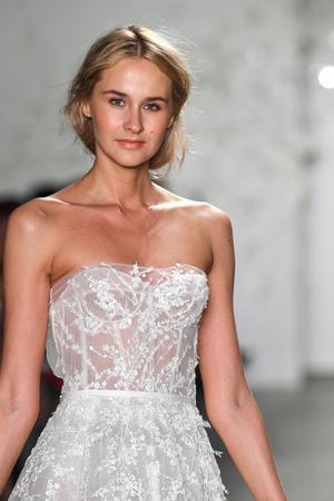 NEW YORK, NY - 11. APRIL: Ein Model läuft während der Mira Zwillinger Frühjahrskollektion 2020 auf der New York Fashion Week: Bridal am 11. April 2019 in NYC über den Laufsteg.