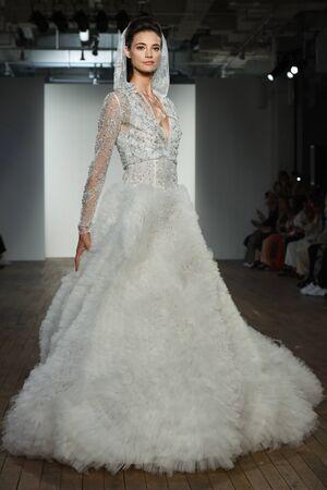 NEW YORK, NY - 4 OCTOBRE : Un mannequin défile lors du défilé Allison Webb automne 2020 Bridal Runway Show le 4 OCTOBRE 2019 à New York.