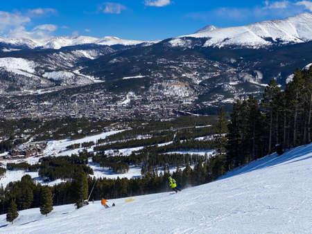 Breckenridge Ski Resort, Colorado : Scenic Winter views at sunny day Peaople ski down to Mountan lodge Stockfoto