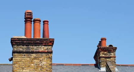 Schornsteine ??auf dem Dach Standard-Bild