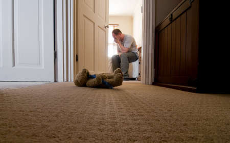 Vater trauernde den Verlust seines Kindes