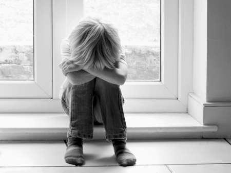 niños tristes: Niño triste Foto de archivo
