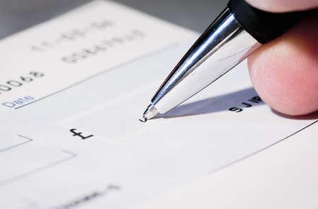 Schreiben einen Scheck Standard-Bild - 15506046