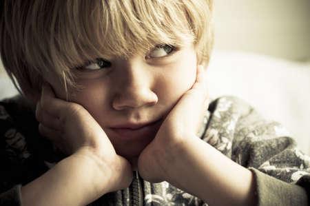 vagabundos: Niño intimidado Foto de archivo