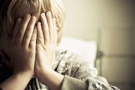 arme kinder: Jungen weinen