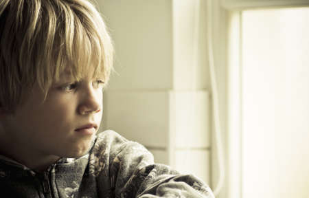 Ein trauriger einsamer Junge Standard-Bild