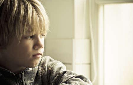niños tristes: Un chico solitario triste