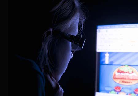 Kind über das Internet Standard-Bild - 16714070