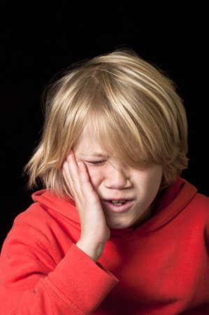 dolor de muelas: Niño con dolor de muelas