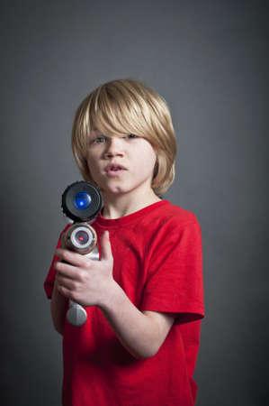 Kind mit einem Spielzeug-Laser-Gewehr Standard-Bild - 20895168