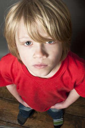 scared child: Ni�o asustado mirando hacia arriba