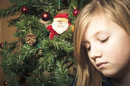 mirada triste: Malestar niña en navidad Foto de archivo