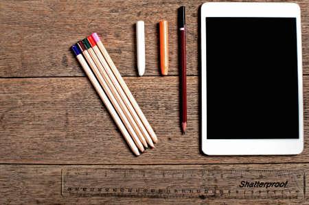 Artist Design-Tools von oben gegen einen hölzernen strukturierten Hintergrund gesehen Standard-Bild - 72522524