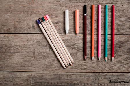 Designer Farbstifte mit Exemplar Satz gegen einen hölzernen Hintergrund Standard-Bild - 72522462