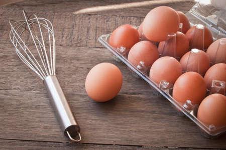 Eier und Ei schlagen auf eine rustikale Küchenarbeit oben Standard-Bild - 74257349