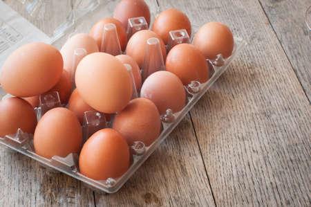Freie Eier auf einer strukturierten hölzernen Arbeitsfläche Standard-Bild - 74257348