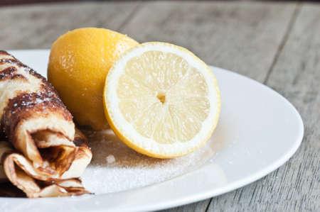 Hausgemachte Pfannkuchen mit Zucker und Zitrone Standard-Bild - 71929228