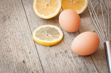 Ei und Zitrone gesehen gegen einen hölzernen Rücken Boden alle Zutaten für naking Pfannkuchen Standard-Bild - 73263950