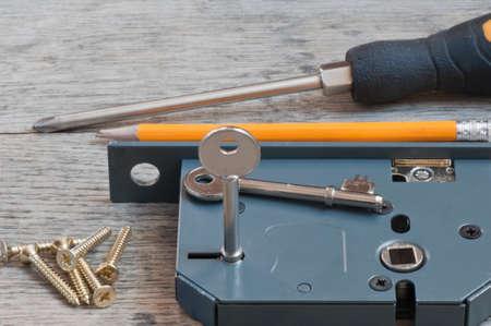 Anbringen eines neuen Türschlosses zur Erhöhung der Haussicherheit Standard-Bild - 72430671