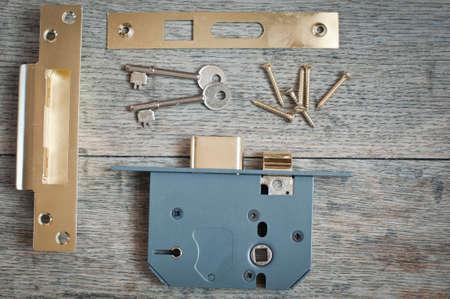 Montage einer neuen Türschloss Standard-Bild - 72430668