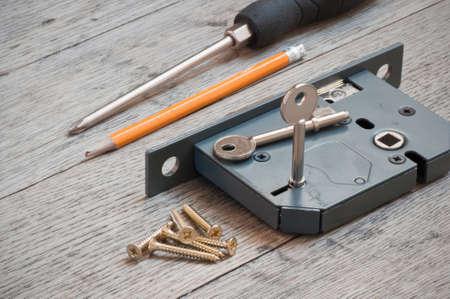 sicurezza Casa montando una nuova serratura