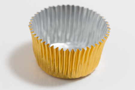 cake pick: one aluminum baking cup in golden colour