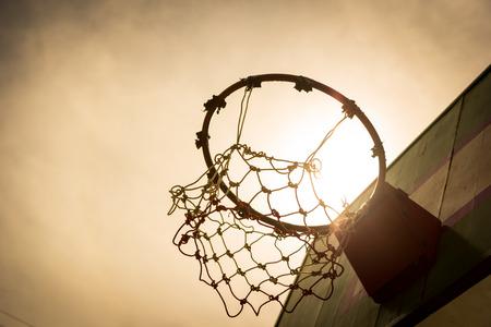 日没時に木製のバスケット ボール フープ。