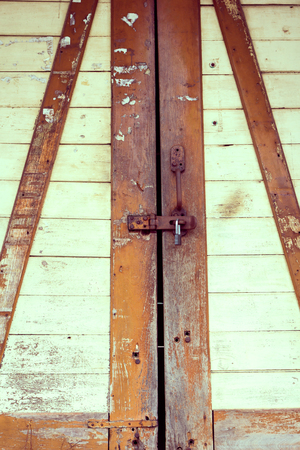 oxidize: The padlock on an old wooden door background