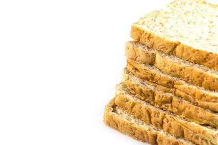 melba: El trigo integral en rodajas de pan en el fondo blanco Foto de archivo