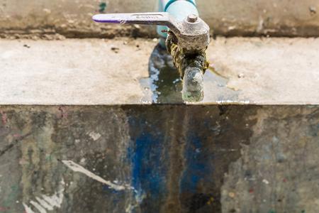 source d eau: source d'eau de robinet rouill�, tuyau, robinet avec de la mousse sur elle