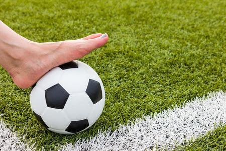 pied fille: Bare femme pieds sur un ballon de soccer pour le fond