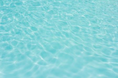 背景の水の太陽光反射