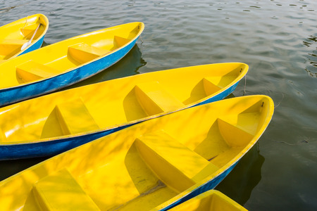 correlate: yellow boat correlate in the park