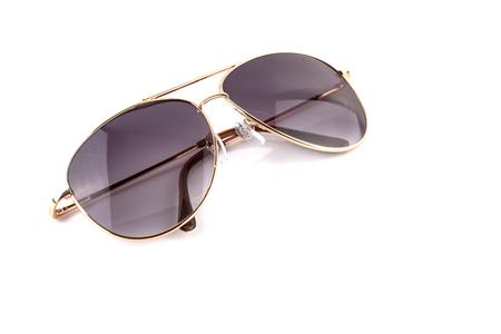 anteojos de sol: Oro rosa gafas de sol elegantes aislados sobre fondo blanco Foto de archivo