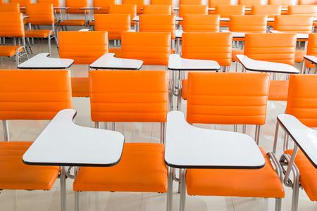 salle de classe: salle de classe avec de nombreux fauteuils orange fond