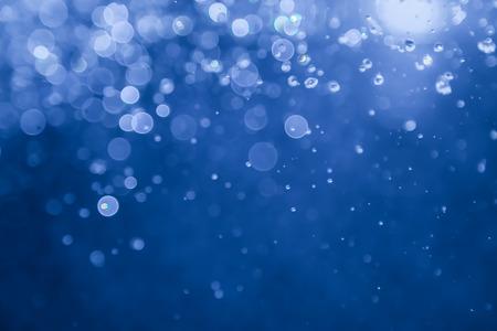 明るい背景とボケ味の青い水