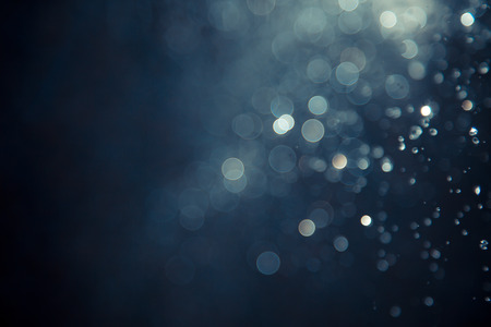 水のフライフィッシングと黒の背景のライトのボケ味