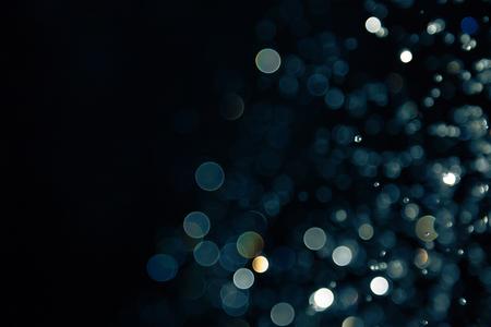 黒の背景にあるライトのボケ味