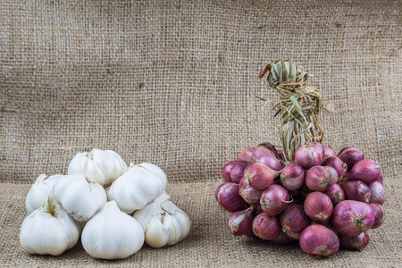 Garlic and shallots on sackcloth background 스톡 콘텐츠