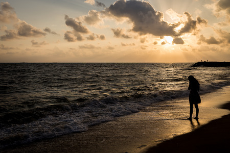 femme triste: Seul et triste � la plage avant de fond style silhouette lever du soleil
