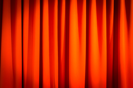 sipario chiuso: Red closed curtain with a light spot use for background Archivio Fotografico