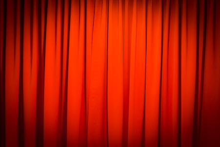 sipario chiuso: Tenda rossa ha chiuso con un uso punto luminoso per lo sfondo