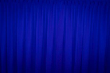 sipario chiuso: Tenda blu chiuso con un uso punto luminoso per lo sfondo