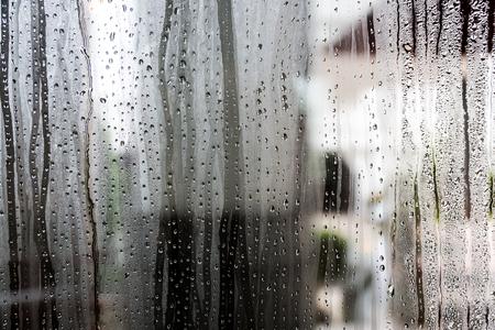 Windows の背景のガラスに水滴